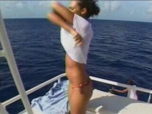 jessica_alba_jessica_alba_on_yacht_mvz18sl-sized